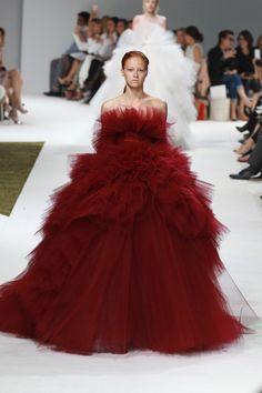 Pin for Later: Régalez la Modeuse Qui Est en Vous Avec les Looks les Plus Extravagants de la Semaine de la Haute Couture Giambattista Valli