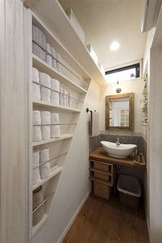 洗面室の壁厚を利用したタオル収納で無駄なく空間活用