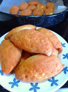 """Νόστιμη συνταγή μαγειρικής από """"Sunday Lous-ΟΙ ΧΡΥΣΟΧΕΡΕΣ / ΗΔΕΣ"""" ΥΛΙΚΑ Για τη ζύμη: (280γρ.) γιαούρτι στραγγιστό, (280γρ.) ηλιέλαιο, 1 φακελάκι μπέικιν, 1 γεμάτη κουταλιά της σούπας μαργαρίνη σε θερμοκρασία δωματίου ( όχι λιωμένο), 1 κ. γλ. Yams, Hot Dog Buns, Starters, Quiche, Food And Drink, Health Fitness, Appetizers, Cooking Recipes, Sweets"""