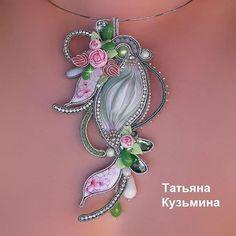 Aucune description de photo disponible. Ribbon Jewelry, Soutache Jewelry, Beaded Jewelry, Jewelry Box, Jewelery, Jewelry Accessories, Handmade Jewelry, Jewelry Making, Shibori