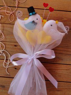 """BUQUÊ DE PASSARINHOS... Um buquê muito diferente e romântico!!!!!  Este buquê é composto por um casal de passarinhos + 10 corações.    Na simbologia o pássaro representa um símbolo associado ao céu e, por seu vôo, à elevação. Personifica a imaterialidade da alma, o """"livre para voar"""" e buscar seus..."""