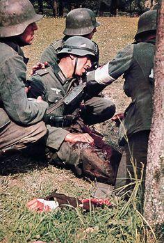 Soldado aleman que ha perdido un brazo es atendido por sus compañeros