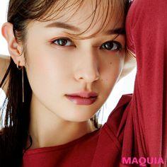 """大人のメイクに必要なのは""""抜け感""""という、ヘア&メイクの犬木 愛さん。「MAQUIA」12月号から、犬木流の抜け感メイク理論とおすすめアイテムをお届け。""""頑張りすぎない""""が合言葉です!大人の余裕はメイク80%抜け感メイクの作り方HAIR&MAKE-UP ARTI... Japanese Eyes, Japanese Beauty, Asian Beauty, Beauty Make Up, Hair Beauty, Beautiful Redhead, Beautiful Women, Asian Makeup, Girls With Glasses"""