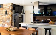 Para deixar esta casa de praia no litoral norte de São Paulo mais integrada, as arquitetas Marcia Monteiro e Fernanda Morato, da FM Arquitetura, abriram a cozinha e incluíram uma bancada de Silestone, da Cia do Mármore