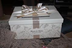scatola creata e ideata da Elisabetta Morello in pizzo e nastro raso e spilla strass