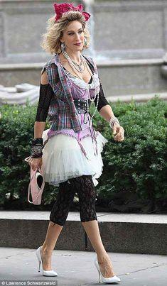 80s fashion :: sarah-jessica-parker (Carrie)-like-a-virgin +necckesztyű, keresztes nyaklánc, farmer mellény hideg esetén cicanaci, lábszárvédő