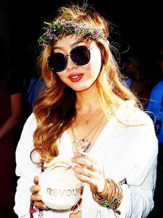 Flower PowerEin waschechter Hippie verzichtet natürlich nicht auf Blumen im Haar. Am schönsten sind selbstgeflochtene Kränze wie bei Alessandra Ambrosio und Bloggerin Dani Song.