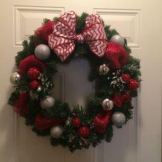 Christmas Door Wreaths, Christmas Crafts, Diy Wreath, Holiday Decor, Creative, How To Make, Flower Backdrop, Felt Wreath, Christmas Deco