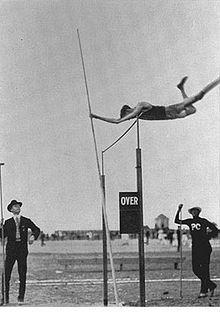 William Hoyt 1896 Olympic | Photo représentant un athlète sautant à la perche lors du concours ...OS guld i stavhopp 1896 i Aten