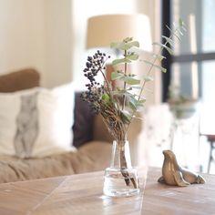 そのお花、どんな花瓶に飾る?花瓶の種類とディスプレイ | RoomClip mag | 暮らしとインテリアのwebマガジン Flower Vases, Flower Arrangements, Diptyque Candles, Fall Flowers, Ikebana, Vintage Art, Greenery, Glass Vase, Candle Holders