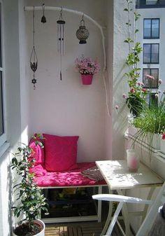 kleiner balkon pflanzen tisch bank rosa