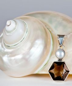1e3c906a3d12 Collar de Plata con Dije de Cristal Cortado Humo y Perla – Modelo P012  Gossip…
