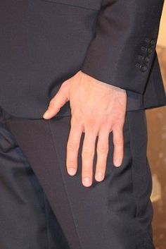 Pretty sad when I can recognize Benedict by his hand. Still, no shame Tom Hiddleston Benedict Cumberbatch, Benedict And Martin, Star Trek Into Darkness, Silly Me, Great King, Perfect Sense, British Actors, Sherlock Bbc, Ahs