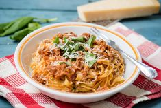 """Ragù alla bolognese, avagy bolognai ragu. Ugyancsak egy """"ahány ház, annyi szokás"""" recept, de az biztos, hogy szuper állagát és finom ízét a zöldséges alaptól, na meg a lassú, kíméletes főzéstől nyeri el. Bolognese, Naan, Ravioli, Penne, Macaroni And Cheese, Spaghetti, Food And Drink, Lunch, Ethnic Recipes"""