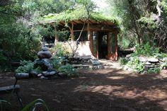 Una cocina comunitaria en una casa permacultural donde el baño sirve para generar abono y no contaminación