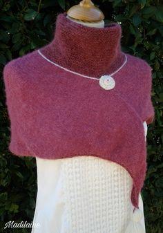 Chauffe épaules, tour de cou tricoté main en laine, couleur framboise : Echarpe, foulard, cravate par madilaine
