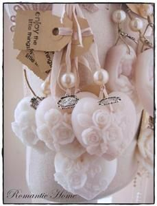 Zeephanger hart wit Bath Candles, Diy Candles, Cupcake Flower Bouquets, Soap On A Rope, Decorative Soaps, Soap Favors, Craft Show Displays, Heart Crafts, Soap Packaging
