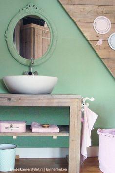 Mirror painted the same colour as the bathroom wall. Bathroom Cabinet Organization, Bathroom Cabinets, Zara Home, Bauhaus, Mint Bathroom, Bathroom Wall, Verde Jade, Ikea, Beautiful Interior Design
