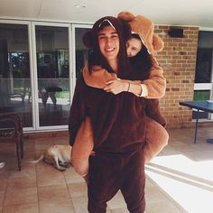 pareja vestidos de osos