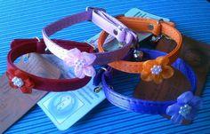 No hay que ser millonarias para lucir muy elegantes...  Estuvimos pensándolo un buen rato y es que si para los niños hay corbatas y corbatines, a las niñas también hay que consentirlas (molestarlas? jeje).   Para eso están estos lindos collares con flores.  Disponibles en colores morado, rosado, naranja y rojo.  Precio: $6.000 pesos  Informes: 3144309086 - 3013667 / www.facebook.com/migatoylaluna