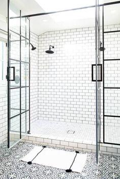 Paroi verrière avec grande ouverture sur la douche http://www.homelisty.com/verriere-atelier-salle-de-bain/