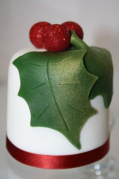 Cute Holly Cake, would be awesome for Christmas! (You can get the lustrous effect on these holly leaves with Dr. Mini Christmas Cakes, Christmas Cake Designs, Christmas Cake Decorations, Christmas Sweets, Christmas Minis, Christmas Cooking, Holiday Cakes, Christmas Goodies, Xmas Cakes