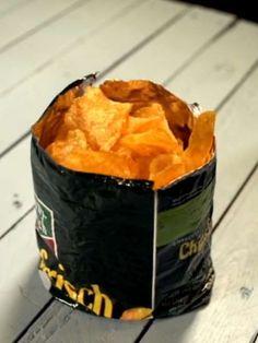 Hier zeigen wir Ihnen, wie Sie eine coole Chips-Schale aus einer Tüte bauen.