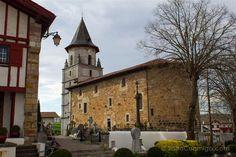 La iglesia de Nuestra Señora de la Asunción de Ainhoa en el País Vasco francés