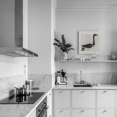 Cozinha cinza clara com bancada em mármore Carrara ao estilo escandinavo. Kitchen Inspirations, Kitchen Dinning Room, Decor, House Interior, Kitchen Furniture Design, Kitchen Interior, Interior, Kitchen Interior Design Modern, Home Decor