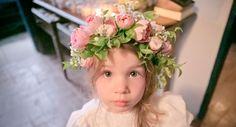 Daminha mais fofa, com coroa de flores cor de rosa, no casamento de Letícia Engel & Samir Mesquita. Saiba mais >> www.yeswedding.com.br/pt/casamentos/uniao-atraves-da-familia (Foto: Mira Cerviño)