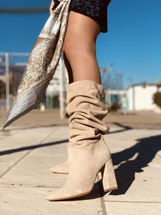 Stivali Donna Primaverili Alti Beige in Camoscio Made in Italy - KikkiLine Bohemian Boots, Wedges, Booty, Outfits, Collection, Shoes, Fashion, Over Knee Socks, Elegant