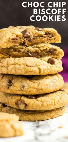 Chocolate Chip Biscoff Cookies - Deliciously thick and chewy Biscoff cookies that are loaded with chocolate chips, and have a surprise Biscoff centre! Biscoff Biscuits, Biscoff Cookies, Cookies Et Biscuits, Biscoff Recipes, Baking Recipes, Baking Tips, Baking Ideas, Cookie Desserts, Cookie Recipes