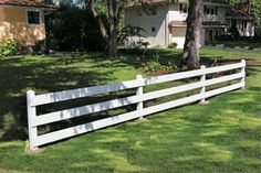 A low post and board fence is decorative and functional - DIY Garten Ideen Backyard Privacy, Backyard Fences, Backyard Landscaping, Decking Fence, Landscaping Design, Backyard Ideas, Cerca Diy, Post And Rail Fence, Unique Garden
