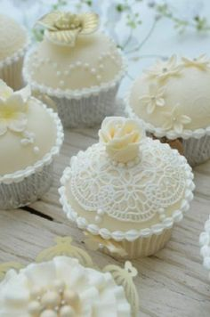 cupcakes instead of wedding cake?gorgeous cupcakes instead of wedding cake? Tolle Cupcakes, Lace Cupcakes, Pretty Cupcakes, Beautiful Cupcakes, White Cupcakes, Bridal Cupcakes, Decorated Cupcakes, Flower Cupcakes, Lemon Cupcakes