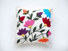Catalina A Blanco Boutique & Deco Mexican Embroidery, Crewel Embroidery, Hand Embroidery Designs, Embroidery Patterns, Hand Work Design, Wool Applique, Fabric Painting, Embroidered Flowers, Decorative Pillows