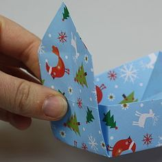 Mit Origami-Papier kannst Du ganz einfach eine Schachtel falten. Hier geht's zur Schritt-für-Schritt-Anleitung: Jetzt Schachtel falten!