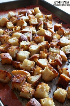 These homemade garlic butter croutons are full of flavor and perfect on top of soup or salad. Full of flavor and ready in just about 30 minutes. Homemade Garlic Butter, Homemade Biscuits Recipe, Biscuit Recipe, Crouton Recipes, Side Recipes, Dinner Recipes, Bread And Pastries, Vegetarian, Gastronomia