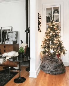 festive.  ✨  • • • #christmastree #christmasdecor #christmas #xmastree #xmasdecor #blackandwhitechristmas #vintagemodern #eameschair #saarinen #saarinentuliptable #tuliptable #eamesloungechair #hermanmiller #hmathome #knoll #vitra #midcenturymodern #midcenturymodernhome #vintagehome #etsyfinds #targetdoesitagain #target #vintagemodernlove #apartmenttherapy #apartmentdecor #apartmentliving