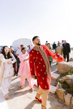 Hindu Destination Wedding in Portugal – Portugal Wedding Photographer 9  This gorgeous Portuguese wedding inspiration might as well be our Virtual Summer 2020.  #bridalmusings #bmloves #summer2020 #summer #portugal #weddinginspo #weddinginspiration #portuguesewedding #ido #beach #hinduwedding