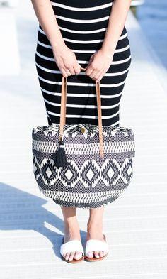 Love this Fun tassel bucket tote for impulsive beach days! Fashion Handbags, Purses And Handbags, Fashion Bags, Love Fashion, Fashion Accessories, Womens Fashion, Fashion Trends, What To Wear, Style Me
