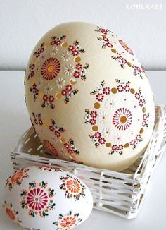 Make the best use of your creativity with these brilliant craft projects. Immediately try this Easy DIY Holiday Crafts! Cool Easter Eggs, Ukrainian Easter Eggs, Egg Crafts, Easter Crafts, Arts And Crafts, Carved Eggs, Easter Egg Designs, Faberge Eggs, Egg Art