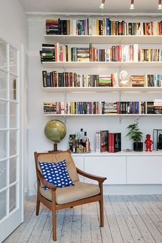 As we see time and time again, Scandinavian design works so beautifully and elegantly in small spaces thanks to a generous use of white and sleek furniture. In this apartment we found on Alvhem…More Design Living Room, Home Living Room, Living Room Decor, Living Spaces, Living Area, Small Living, Apartment Living, Dining Room, Home Design Decor