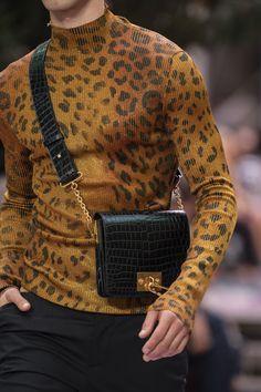 Versace Spring 2020 Men's Fashion Show Details Men Fashion Show, Look Fashion, Mens Fashion, Fashion Outfits, Fashion Design, Fashion Trends, Versace Fashion, Versace Men, Versace Shoes
