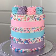 cake decorating videos Oh these sweet stripes. Probably a forever favorite of mine! **yes every single sprinkle was placed by hand. but Im a firm believer that sometimes. Cute Cakes, Pretty Cakes, Beautiful Cakes, Amazing Cakes, Cake Decorating Videos, Cake Decorating Techniques, Cookie Decorating, Bolo Drip Cake, Drip Cakes