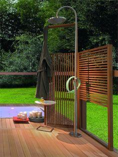 Modern gestalteter Garten mit Holzelementen als Sichtschutz - die Dusche sieht aus wie unsere Marlin von http://www.wellness-stock.de/Gartendusche-Marlin und daneben ein Whirlpool vielleicht von http://www.wellnesspools.ch/  Floor standing steel #shower column by @Eva Siemienowski-Zucchetti Kos | #design Ludovica+Roberto Palomba #outdoor #summer