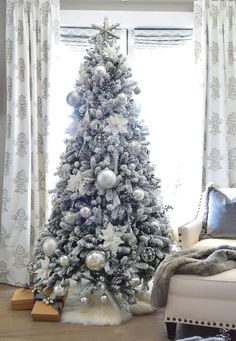 72 Best Christmas Tree Decoration Ideas To Get Inspired This Year | Ecemella Grey Christmas Tree, Best Christmas Tree Decorations, Elegant Christmas Trees, Flocked Christmas Trees, Christmas Tree Design, Christmas Bedroom, Christmas Mantels, Christmas Home, Christmas Ornaments