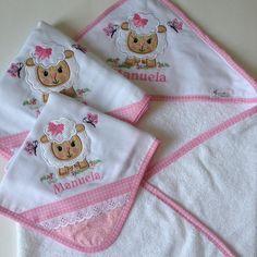 Toalha de bebê com capuz + 1 babitas +1 cueiro, bordada personalizada.