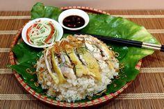 Món xôi gà béo ngậy thoảng thoảng vị thơm của nước cốt dừa sẽ là một món ăn khoái khẩu hấp dẫn mọi người.
