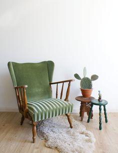 Heerlijke vintage oorfauteuil. Retro oma-stoel bekleed met groen velours.