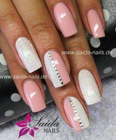 Punta cuadrada alternando rosa y blanco brilloso dedos medios mitad de cada color verticalmente y dividido por pedrería